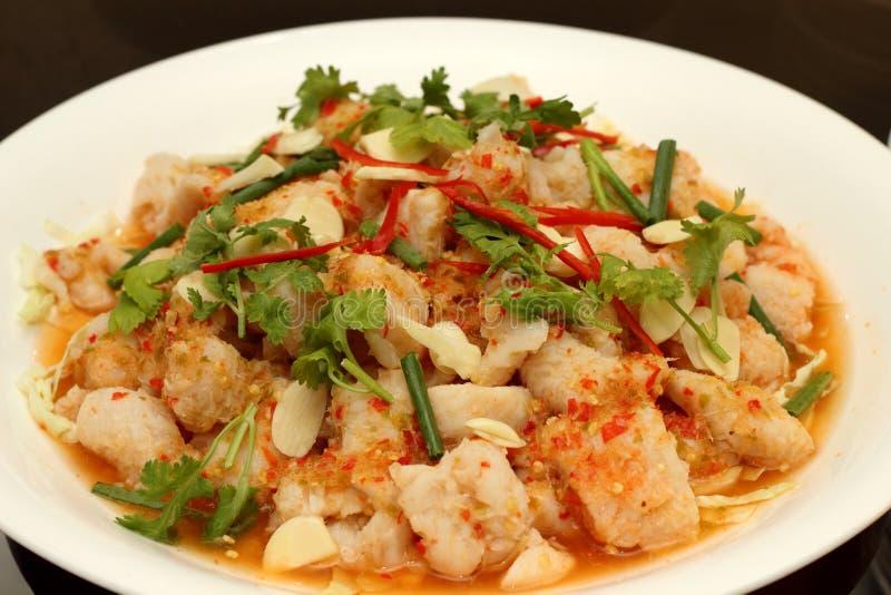 Ensalada picante con el camarón, los pescados y las verduras en el plato blanco fotografía de archivo