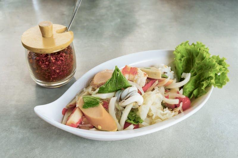 Ensalada picante de los fideos con cerdo y camarón picaditos en el plato blanco imagen de archivo libre de regalías
