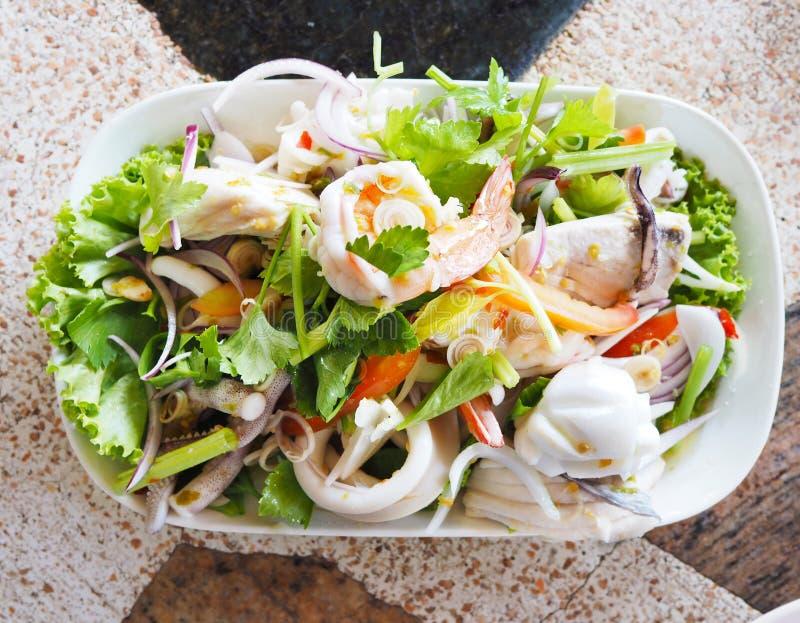 Ensalada picante de los mariscos del menú tailandés imagen de archivo