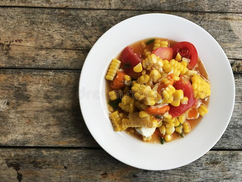 Ensalada picante del maíz con el huevo en el plato blanco fotografía de archivo libre de regalías
