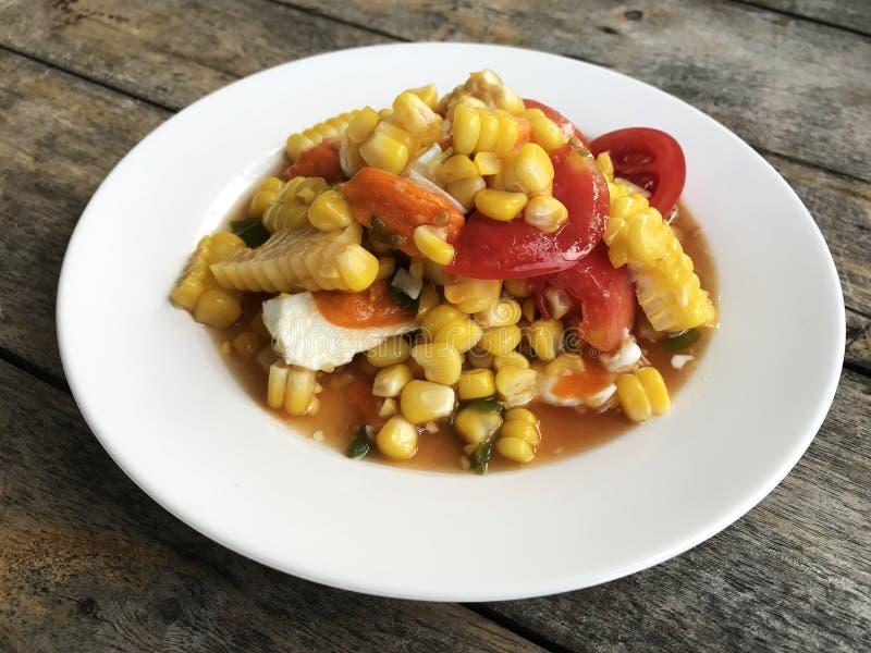 Ensalada picante del maíz con el huevo en el plato blanco foto de archivo libre de regalías