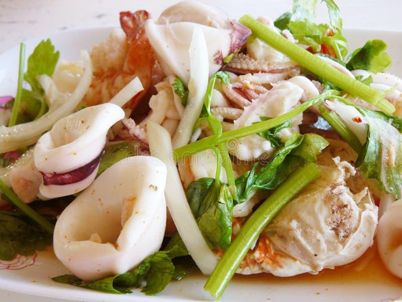 Ensalada picante y amarga tailandesa de los mariscos imagen de archivo