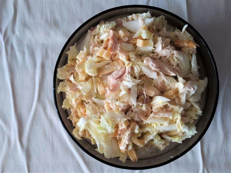 ensalada por un día de fiesta de la col fresca con los cuscurrones aves y mayonesa en una placa de sopa fotografía de archivo