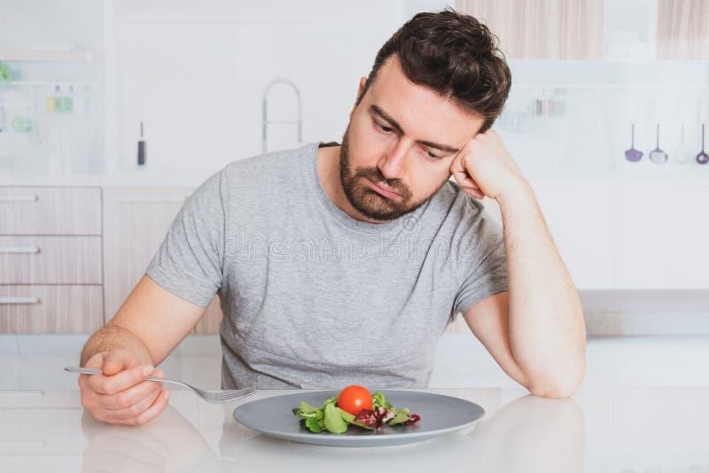 Ensalada preparada de la dieta triste del hombre para la pérdida de peso fotos de archivo libres de regalías