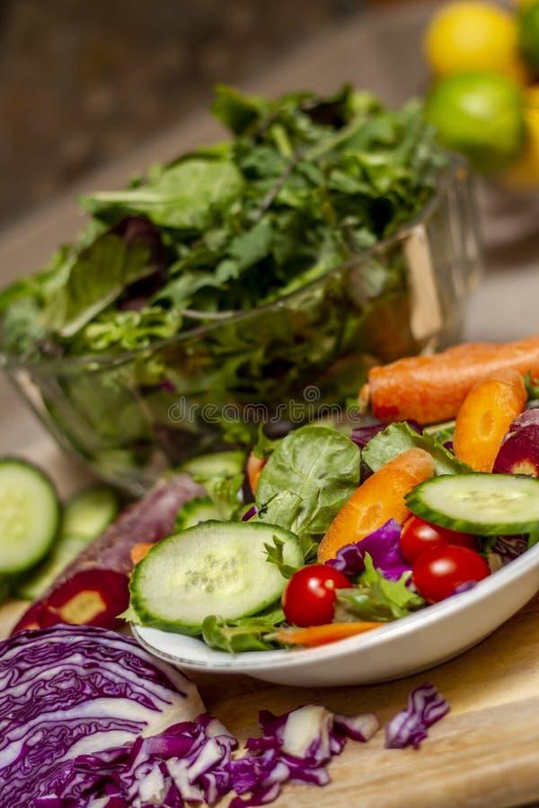 Ensalada riquísima con los pepinos, las zanahorias, los rábanos, y los tomates fotografía de archivo libre de regalías