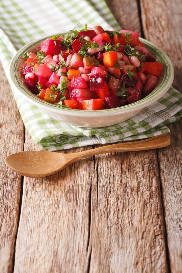 Ensalada russa do vinagrete do close-up fervido dos vegetais Vertica imagem de stock royalty free