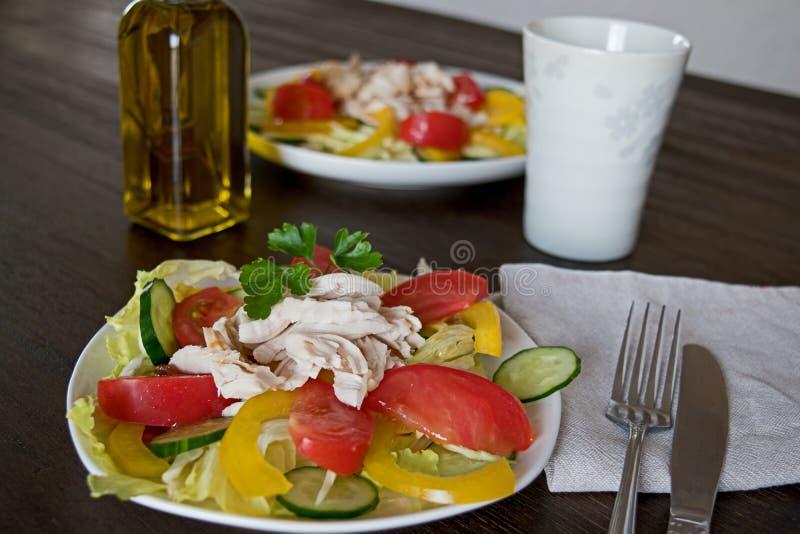 Ensalada sana con el pollo y las verduras imagen de archivo