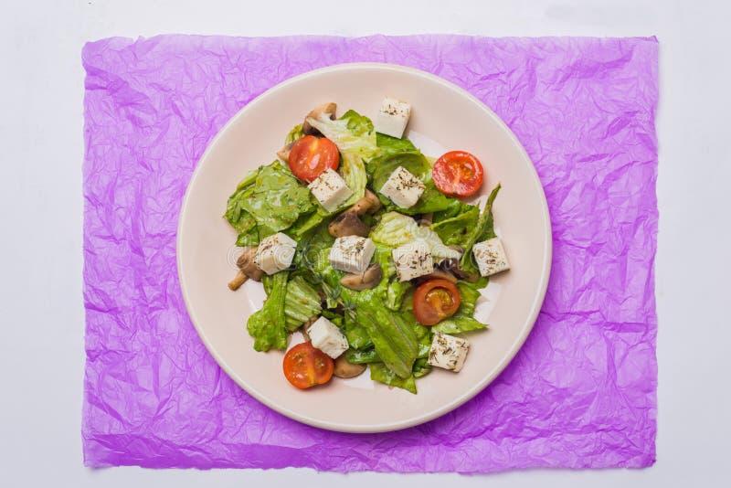 Ensalada sana con las setas, los tomates y el queso fotografía de archivo