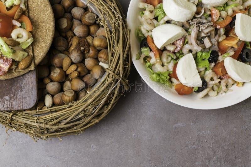 ensalada sana de la proteína con los camarones, tomates, avokado, lechuga, aceite, aceitunas en las galletas de alto valor protei imágenes de archivo libres de regalías