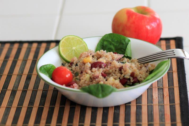 Ensalada sana de la quinoa con maíz y habas foto de archivo libre de regalías
