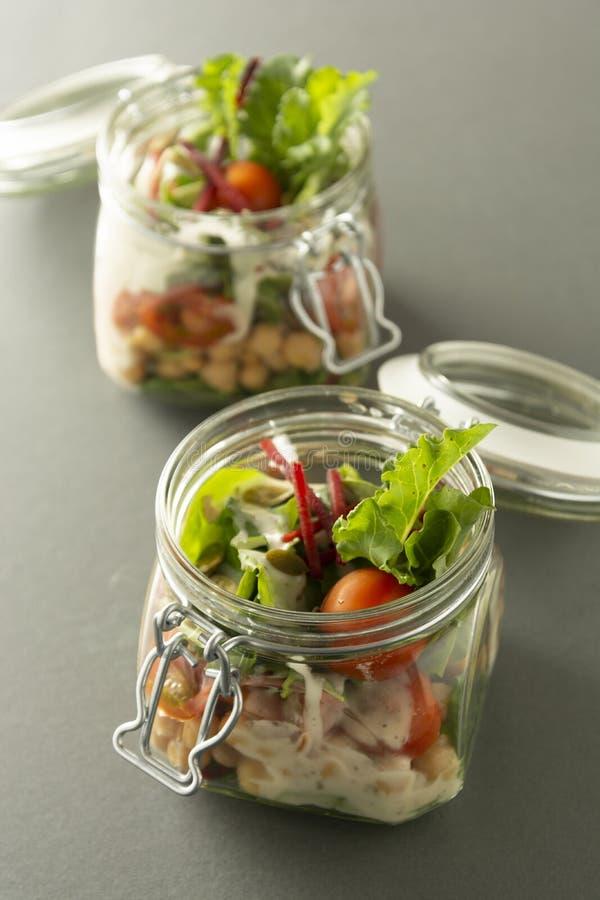Ensalada sana en el tarro de cristal con las verduras frescas Comida sana, dieta, detox, consumici?n limpia y concepto vegetarian imagen de archivo