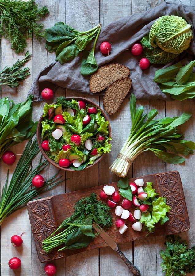 Ensalada sana vegetal de la primavera con el rábano, cucmber, col de col rizada foto de archivo