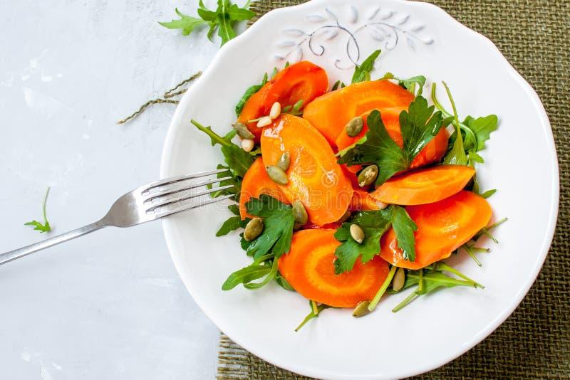 Ensalada simple de zanahorias cocidas imagenes de archivo