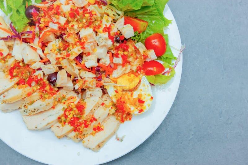 Ensalada tailandesa con el aliño de ensaladas picante foto de archivo