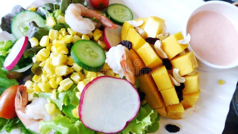 Ensalada tropical de los camarones del mango foto de archivo