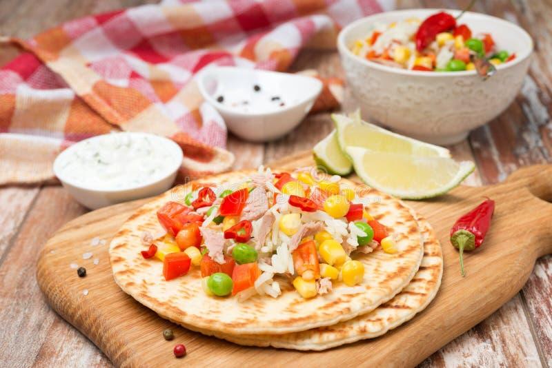 Ensalada vegetal colorida con el atún en las tortillas del trigo horizontales imagen de archivo libre de regalías