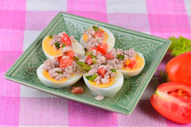 Ensalada vegetal con el huevo imagenes de archivo