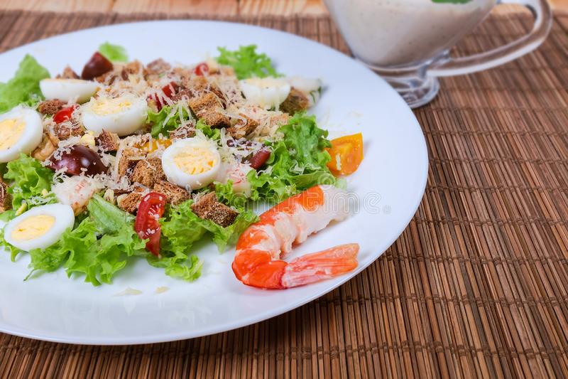 Ensalada vegetal con las colas del camarón y el primer hervido de los huevos de codornices imágenes de archivo libres de regalías