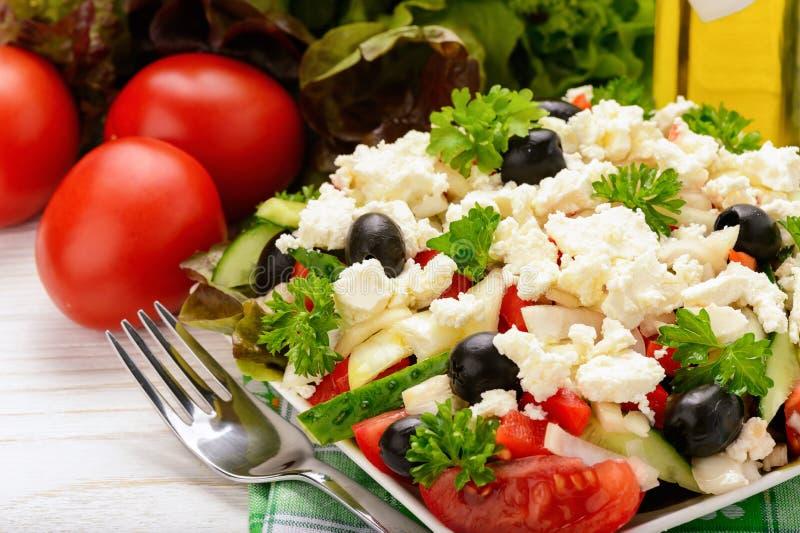 Ensalada vegetal con los tomates, los pepinos, las aceitunas y el queso feta - ensalada tradicional búlgara del verano fotos de archivo libres de regalías