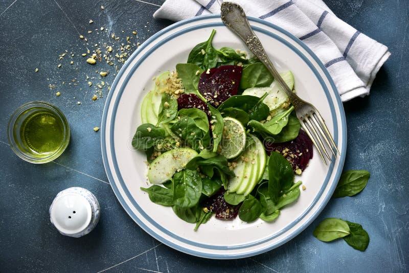 Ensalada vegetal con remolachas, espinaca, la manzana y la nuez el top compite fotos de archivo