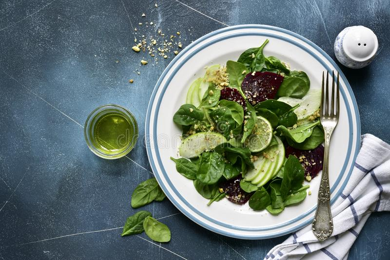 Ensalada vegetal con remolachas, espinaca, la manzana y la nuez el top compite imágenes de archivo libres de regalías