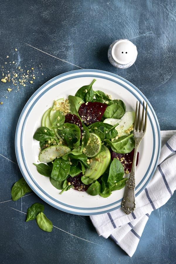 Ensalada vegetal con remolachas, espinaca, la manzana y la nuez el top compite foto de archivo