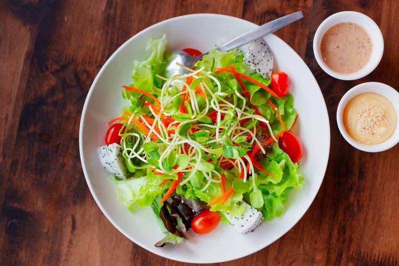 Ensalada vegetal de la mezcla de la fruta con la comida de la salsa, limpia y sana para el vegetariano foto de archivo
