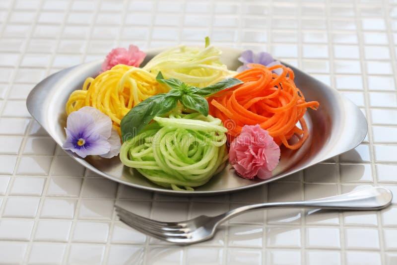 Ensalada vegetal de los tallarines de la dieta sana fotos de archivo