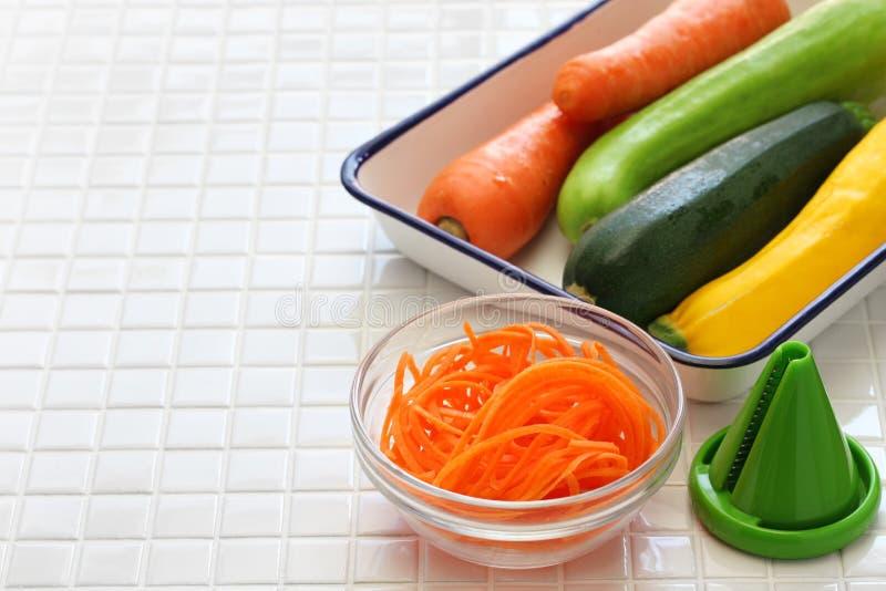 Ensalada vegetal de los tallarines de la dieta sana imagenes de archivo