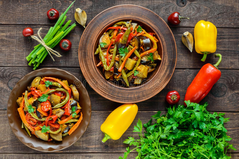 Ensalada vegetal del guisado: paprika, berenjena, habas de espárrago, ajo, zanahoria, puerro imagen de archivo