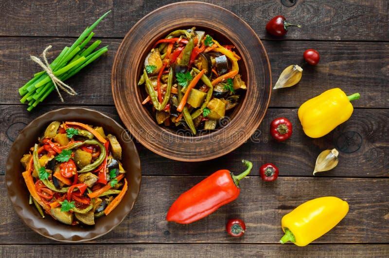 Ensalada vegetal del guisado: paprika, berenjena, habas de espárrago, ajo, zanahoria, puerro Platos aromáticos picantes brillante fotografía de archivo libre de regalías