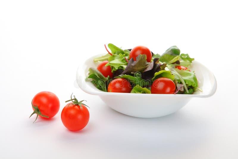 Ensalada vegetal en blanco imagenes de archivo