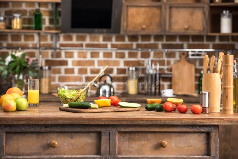 ensalada vegetal en el bol de vidrio, frutas y verduras frescas imagenes de archivo