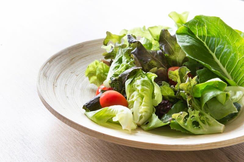 Ensalada vegetal en el cuenco de madera, comida sana fotografía de archivo libre de regalías