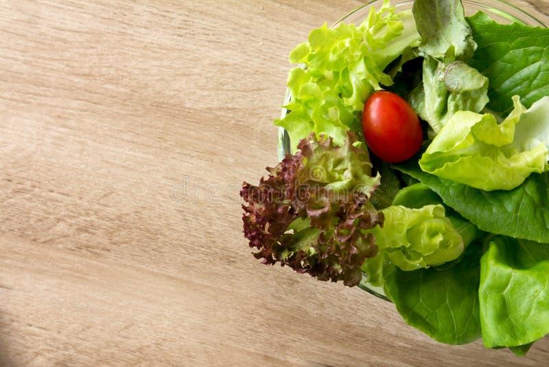 Ensalada vegetal en el cuenco de madera, comida sana imagenes de archivo