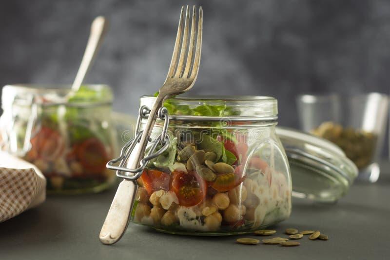 Ensalada vegetal en el tarro de cristal, la dieta, el detox, la consumici?n limpia y el concepto vegetariano, espacio de la copia fotografía de archivo