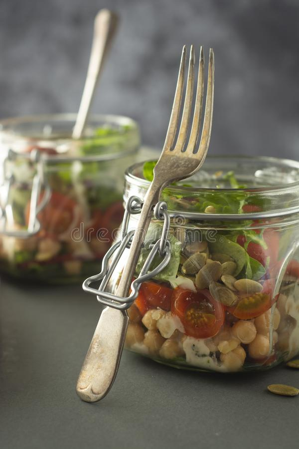 Ensalada vegetal en el tarro de cristal, la dieta, el detox, la consumici?n limpia y el concepto vegetariano, espacio de la copia imagen de archivo libre de regalías