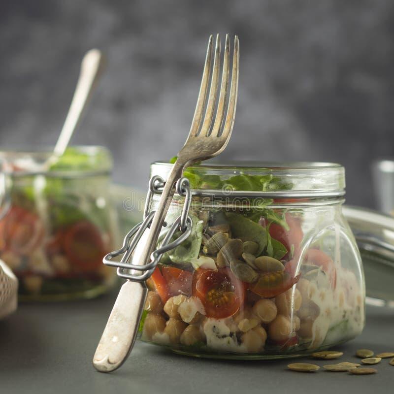 Ensalada vegetal en el tarro de cristal, la dieta, el detox, la consumici?n limpia y el concepto vegetariano, espacio de la copia fotografía de archivo libre de regalías