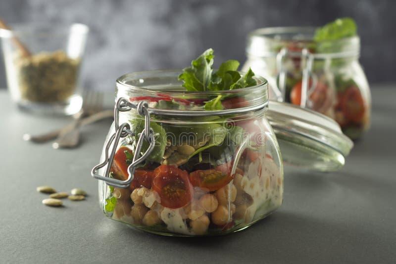 Ensalada vegetal en el tarro de cristal, la dieta, el detox, la consumici?n limpia y el concepto vegetariano, espacio de la copia imagen de archivo