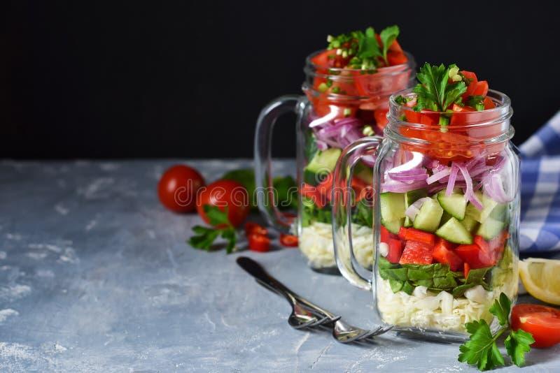 Ensalada vegetal en un tarro de cristal con la salsa fotos de archivo libres de regalías