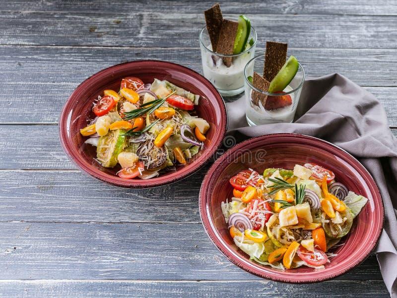 Ensalada vegetal fácil del calabacín, de la lechuga del hielo, de las cebollas rojas y del queso parmesano Comida sana y sabrosa  imágenes de archivo libres de regalías