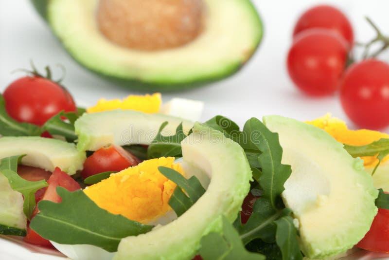 Ensalada vegetal rápida y fácil con el aguacate, los huevos, los tomates y la lechuga imágenes de archivo libres de regalías