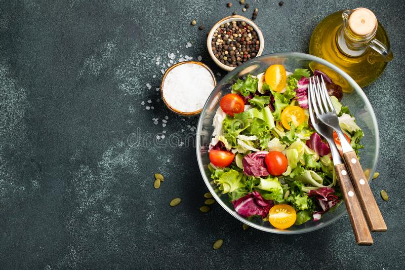 Ensalada vegetal sana de las semillas frescas del tomate, del pepino, de la cebolla, de la espinaca, de la lechuga y de calabaza  imagen de archivo