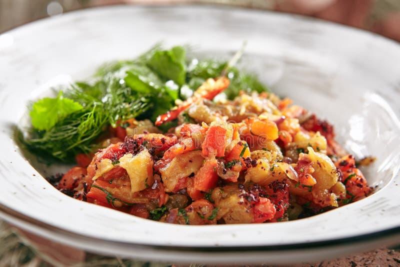 Ensalada vegetariana con las verduras cocidas cerca para arriba en estilo rústico imagen de archivo