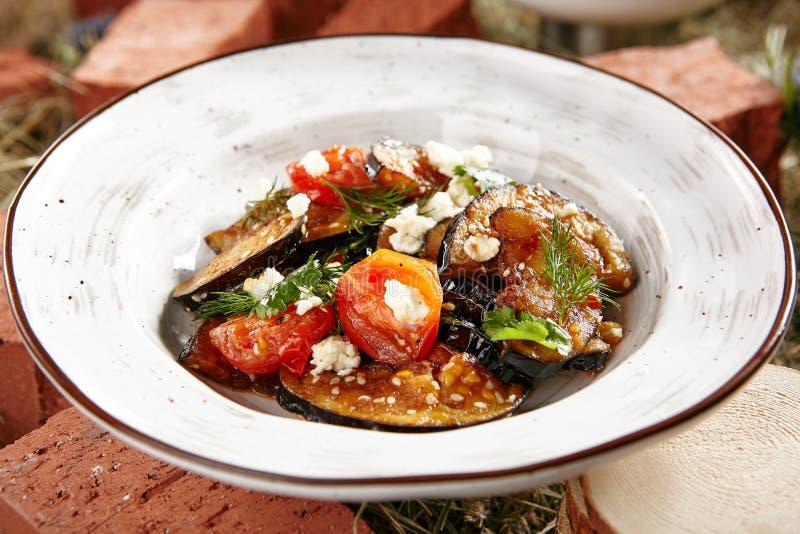 Ensalada vegetariana de la berenjena con la berenjena cocida, Cherry Tomatoes fotografía de archivo