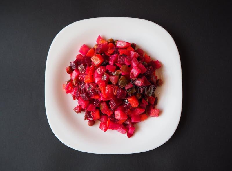 Ensalada vegetariana de la vinagreta en la placa blanca fotografía de archivo
