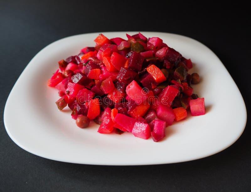 Ensalada vegetariana de la vinagreta en la placa blanca imagen de archivo