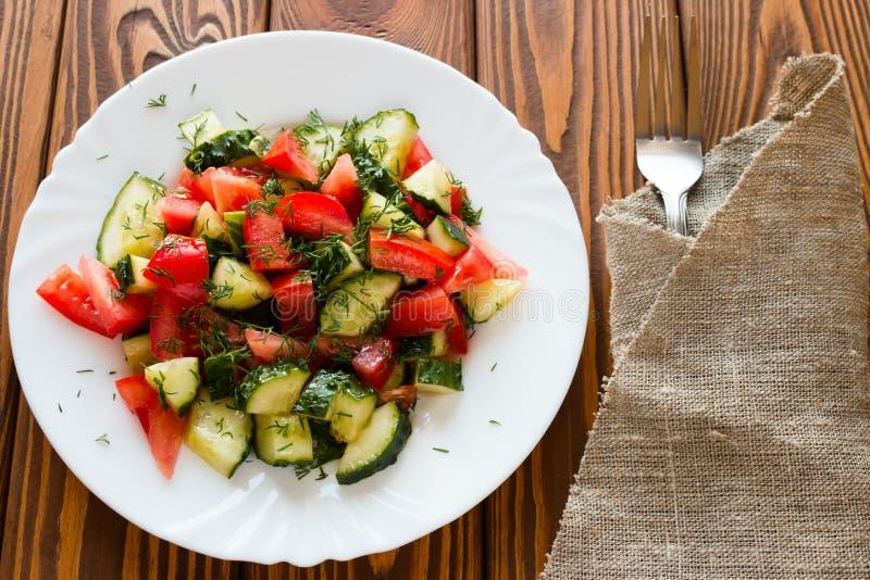 Ensalada vegetariana en una placa blanca imágenes de archivo libres de regalías