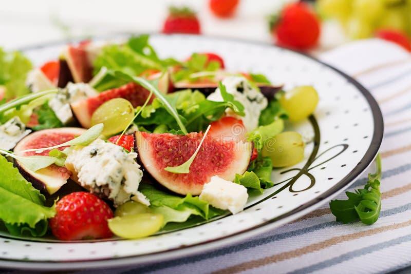 Ensalada vegetariana fácil con los higos, fresas, uvas, queso verde foto de archivo libre de regalías