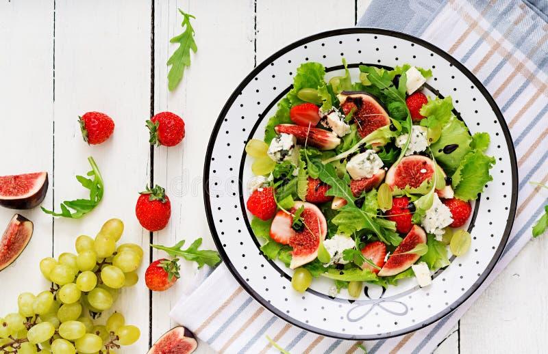 Ensalada vegetariana fácil con los higos, fresas, uvas, queso verde imagen de archivo